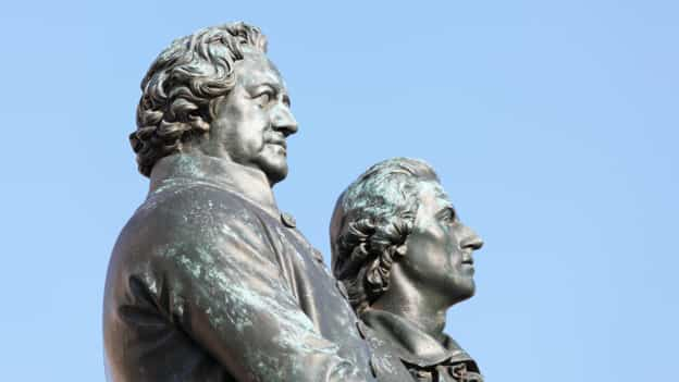 Picture of the upper part of the Goethe–Schiller Monument.